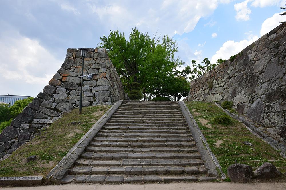 漆黒の烏城、備前岡山城を歩く。 その3「本丸中の段」_e0158128_18332784.jpg