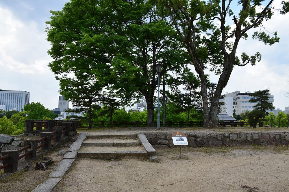漆黒の烏城、備前岡山城を歩く。 その3「本丸中の段」_e0158128_18365968.jpg