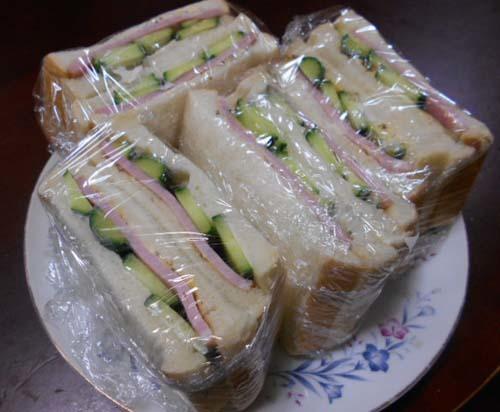 ハムときゅうりのサンドイッチ&今日は忙しい_f0019498_07392091.jpg