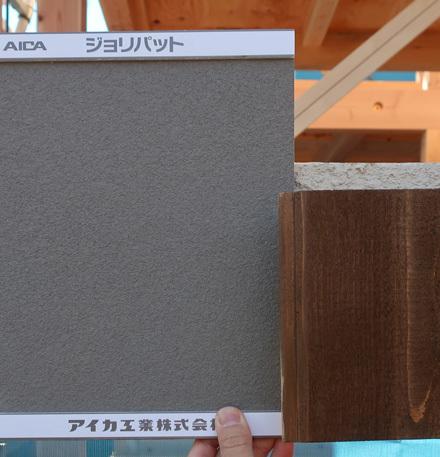 グレー色の吹付とレッドシダーの外壁_b0183404_15120716.jpg