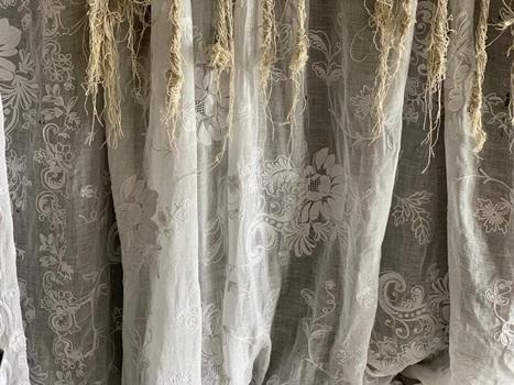 【寝室】コーネリー刺繍のカーテン_e0237680_11043047.jpg