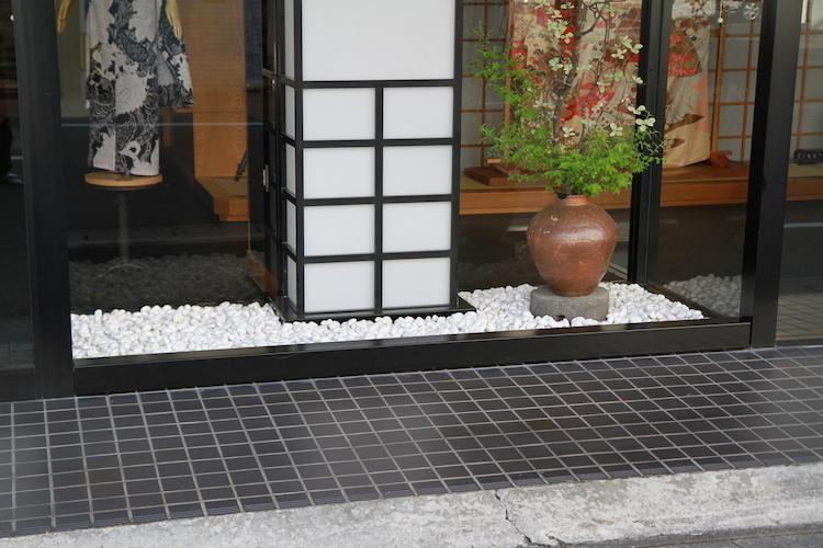 以前と現在の看板と坪庭の仕切り_d0335577_09185761.jpg
