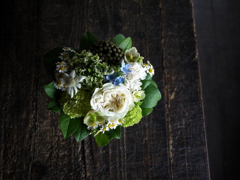 ワンちゃんの御命日にアレンジメント。「あれば青い花を入れて」。2019/04/24。_b0171193_19300490.jpg