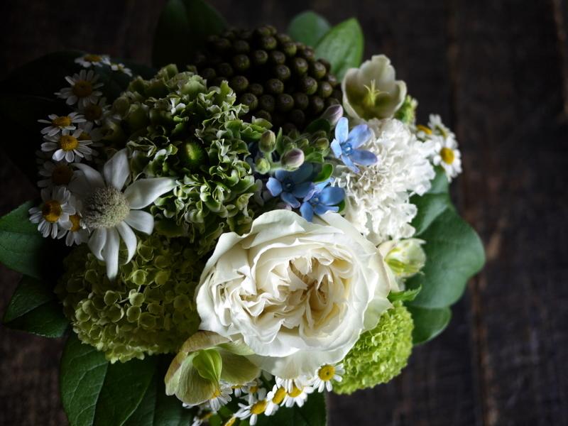 ワンちゃんの御命日にアレンジメント。「あれば青い花を入れて」。2019/04/24。_b0171193_19300798.jpg