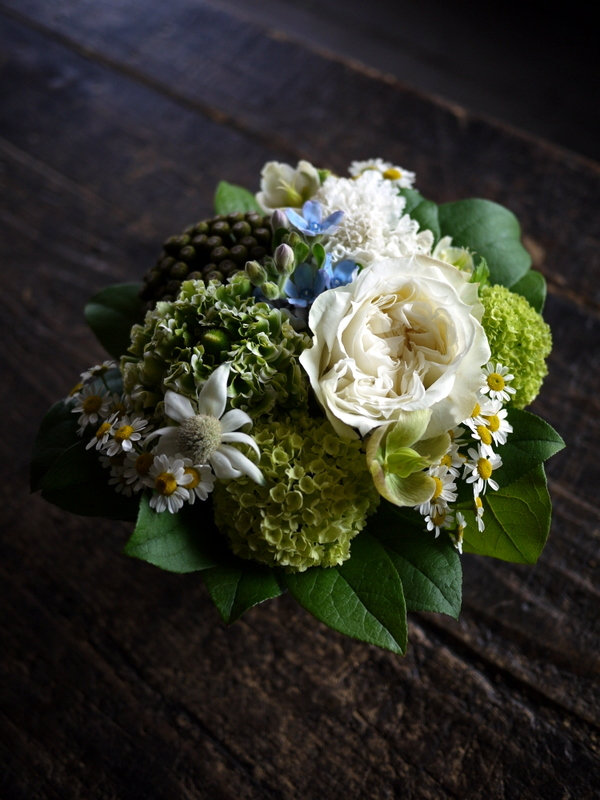 ワンちゃんの御命日にアレンジメント。「あれば青い花を入れて」。2019/04/24。_b0171193_19301349.jpg