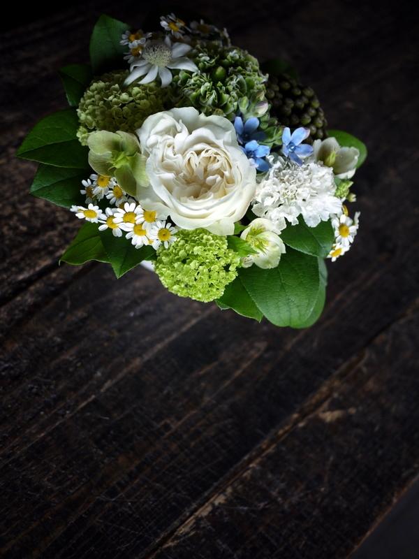 ワンちゃんの御命日にアレンジメント。「あれば青い花を入れて」。2019/04/24。_b0171193_19301689.jpg