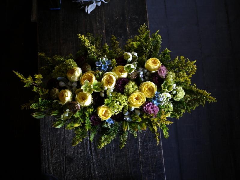 お誕生日の女性へアレンジメント。「黄色のバラをメインに」。西24にお届け。2019/04/26。_b0171193_19433851.jpg