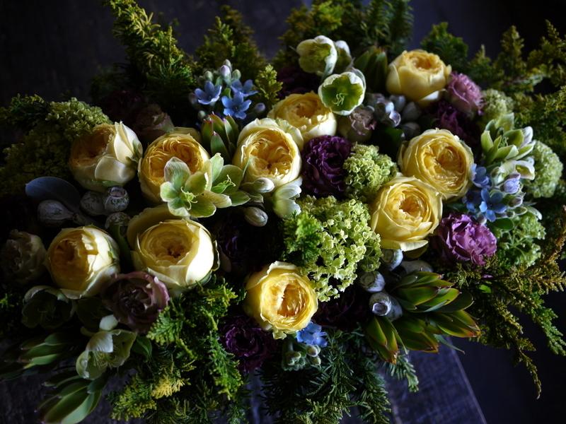 お誕生日の女性へアレンジメント。「黄色のバラをメインに」。西24にお届け。2019/04/26。_b0171193_19434227.jpg