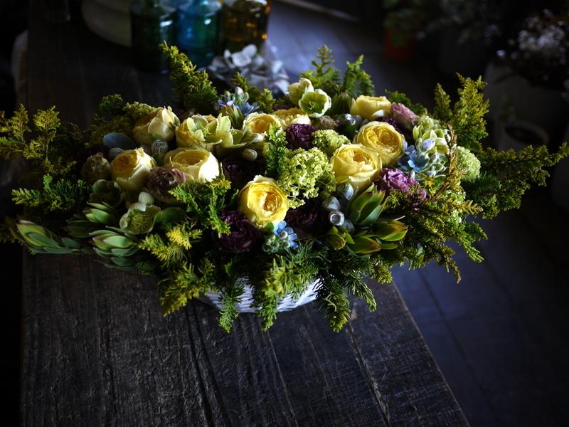 お誕生日の女性へアレンジメント。「黄色のバラをメインに」。西24にお届け。2019/04/26。_b0171193_19434539.jpg