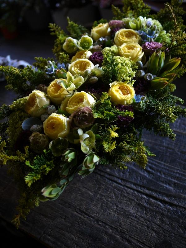 お誕生日の女性へアレンジメント。「黄色のバラをメインに」。西24にお届け。2019/04/26。_b0171193_19434883.jpg