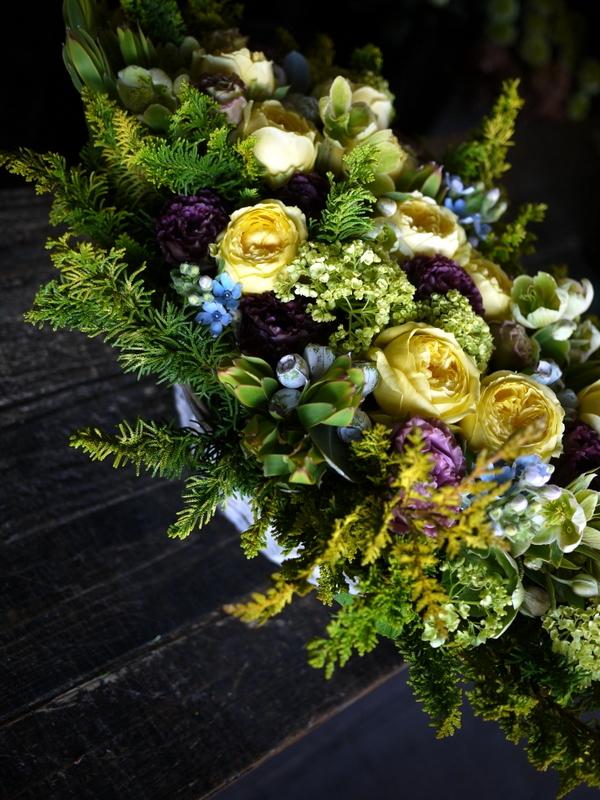 お誕生日の女性へアレンジメント。「黄色のバラをメインに」。西24にお届け。2019/04/26。_b0171193_19435010.jpg