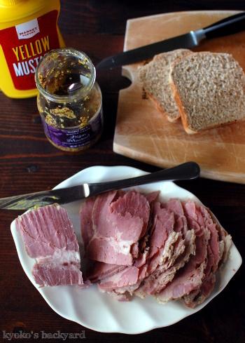 コーンビーフ&ライ麦パンのサンドイッチ_b0253205_04062700.jpg