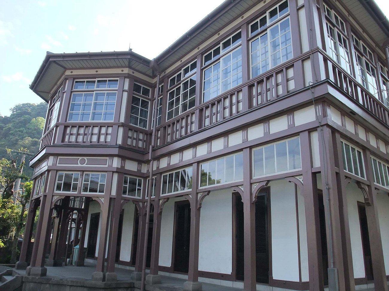 鹿児島市内の近代建築をバスの車窓から_c0112559_08174251.jpg