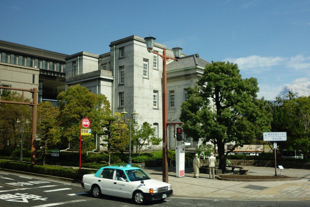 鹿児島市内の近代建築をバスの車窓から_c0112559_08192123.jpg