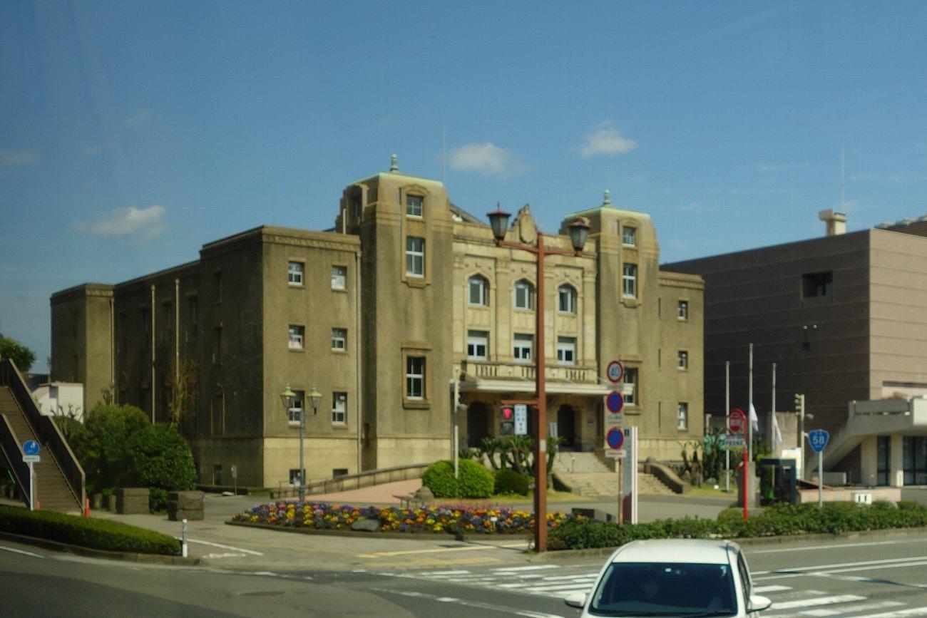 鹿児島市内の近代建築をバスの車窓から_c0112559_08213964.jpg