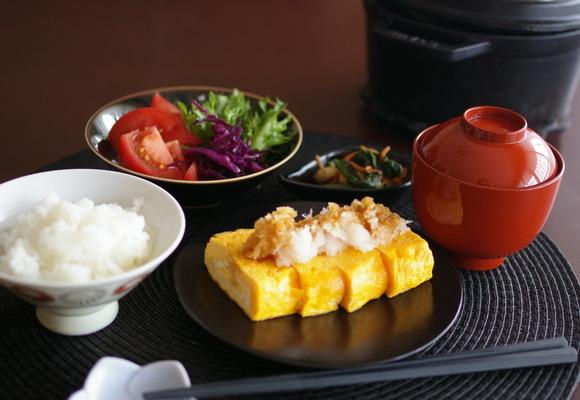 玉子焼きがメインの朝食_d0327373_08265086.jpg