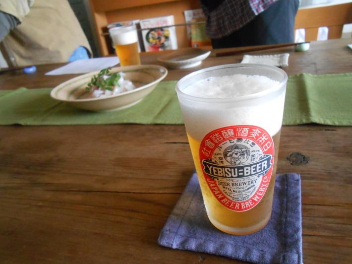 5月の宴会。窓からの新緑が本当に綺麗でビールも旨い。_a0095931_13254792.jpg
