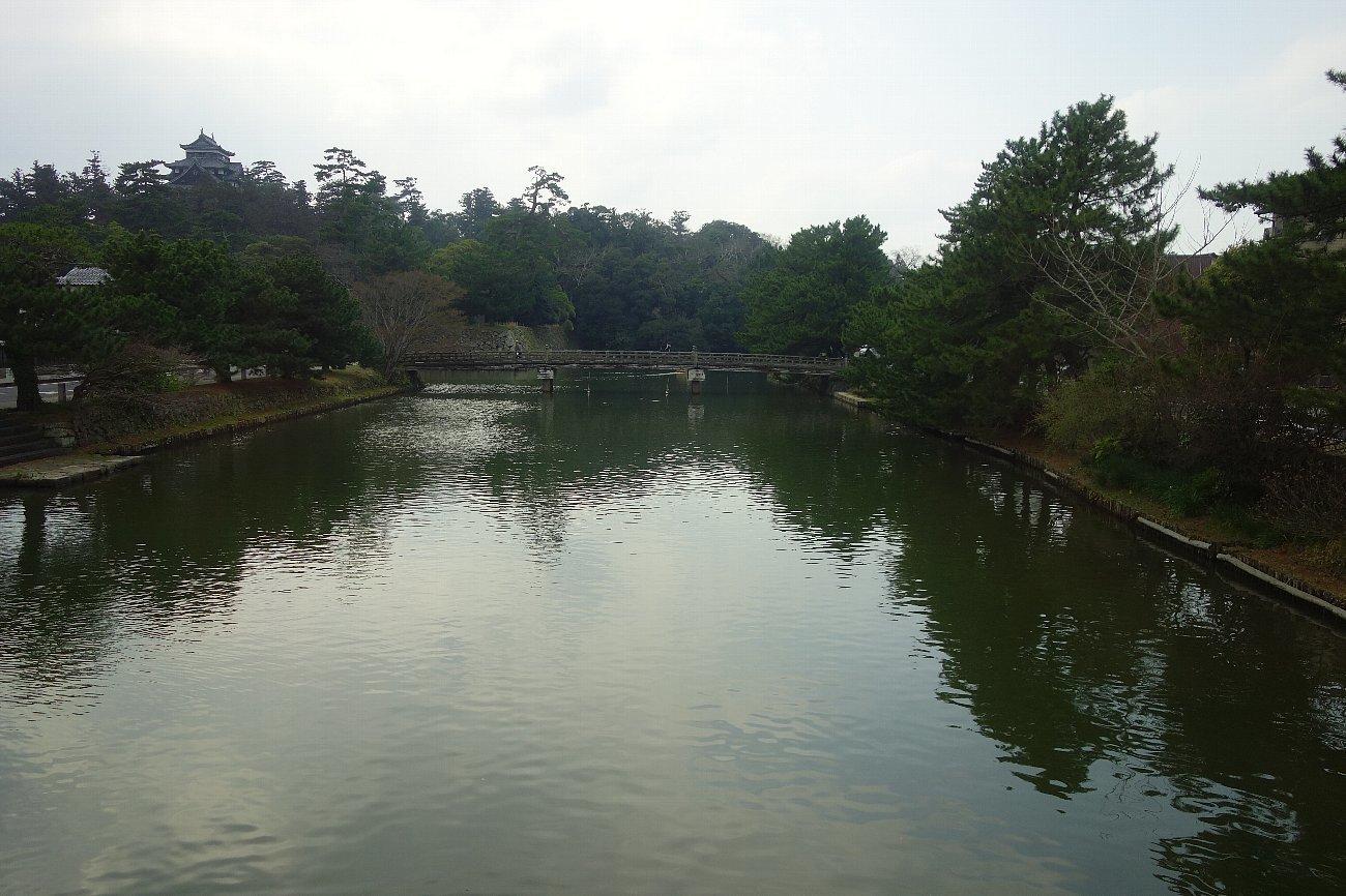 松江城の堀端を歩く_c0112559_08160538.jpg
