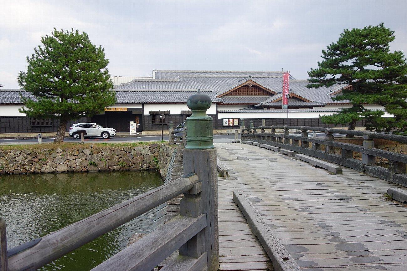 松江城の堀端を歩く_c0112559_08171195.jpg
