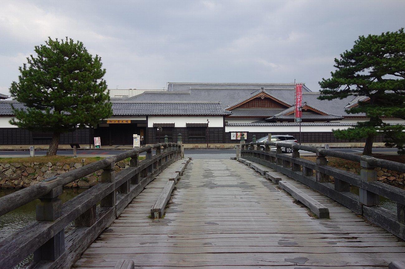 松江城の堀端を歩く_c0112559_08175341.jpg