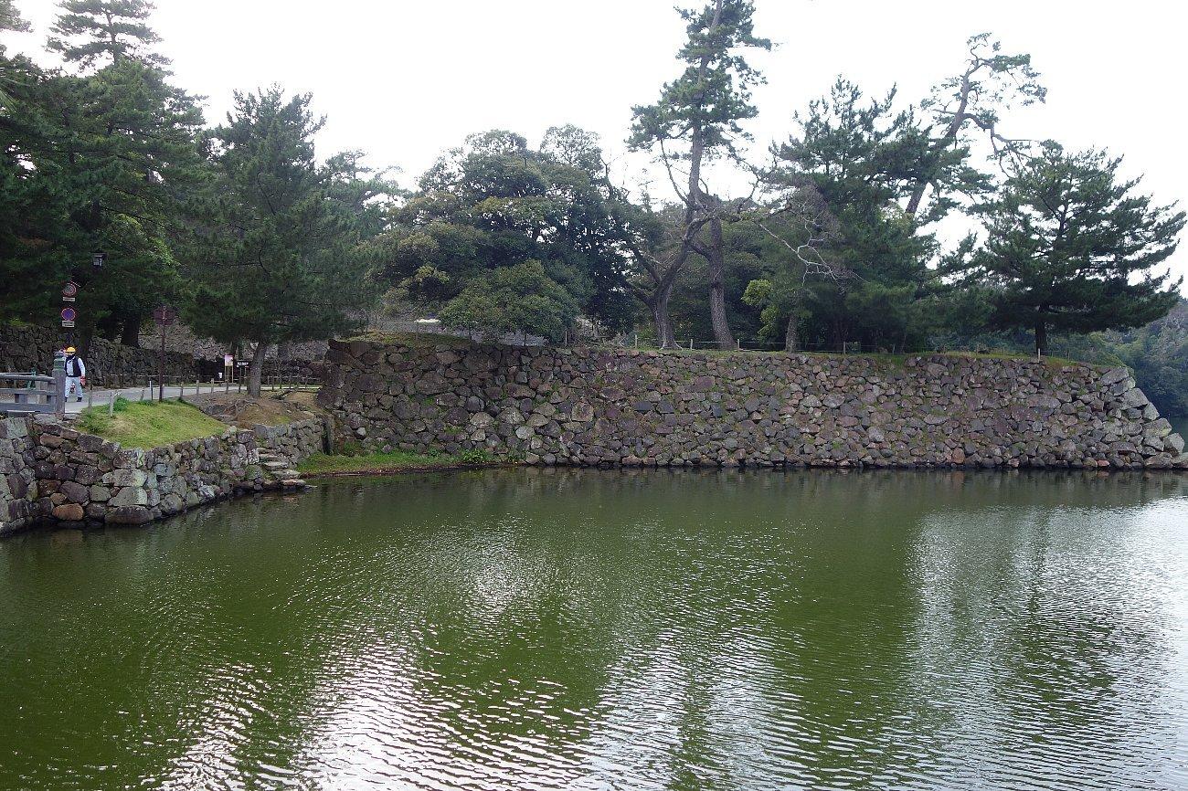 松江城の堀端を歩く_c0112559_08184563.jpg