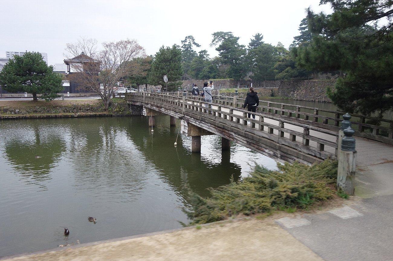松江城の堀端を歩く_c0112559_08190491.jpg