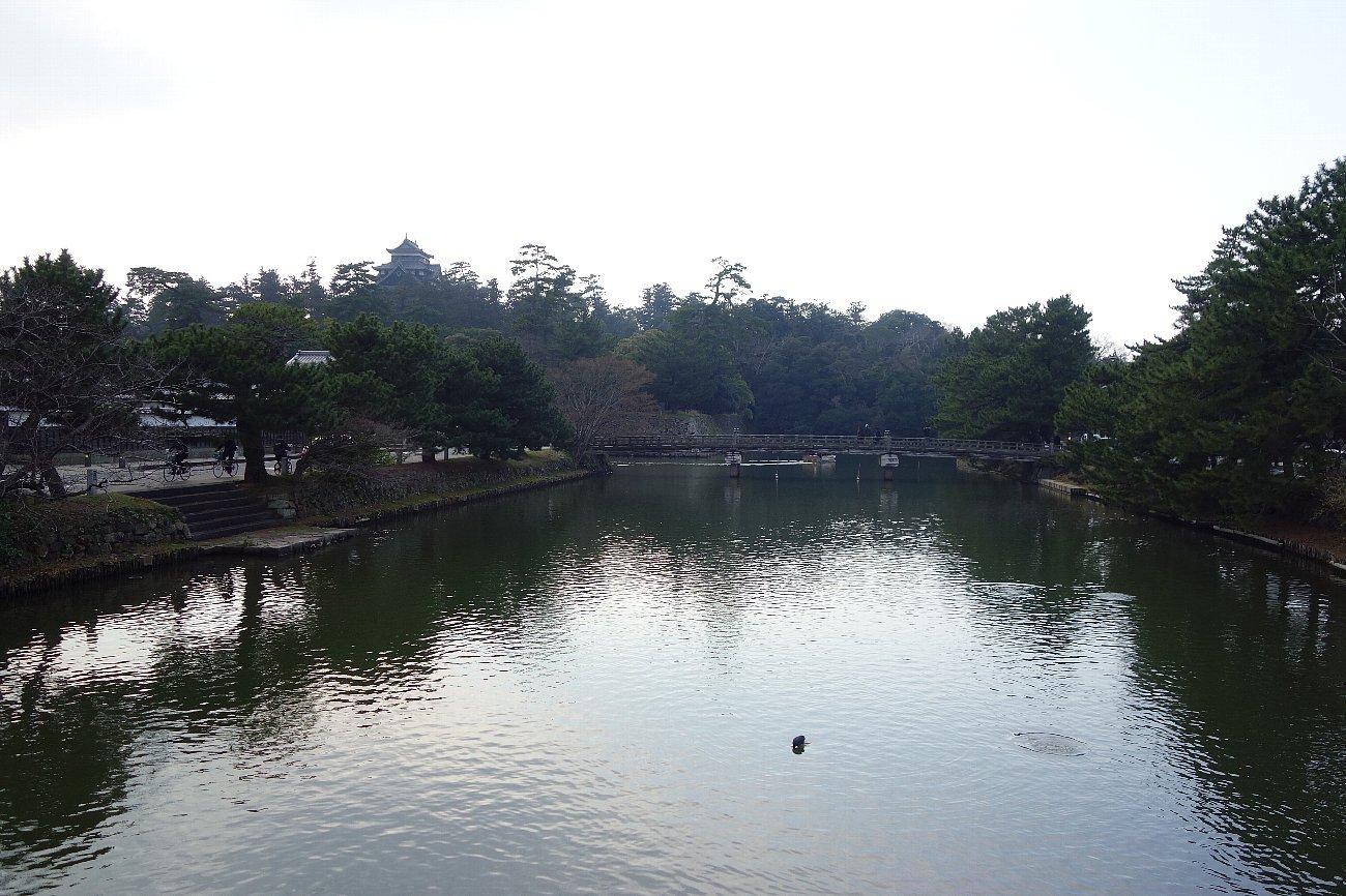 松江城の堀端を歩く_c0112559_08222479.jpg