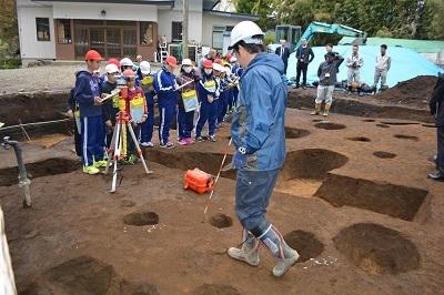 発掘!!村最大級の竪穴住居跡なのだ!_c0259934_11080127.jpg