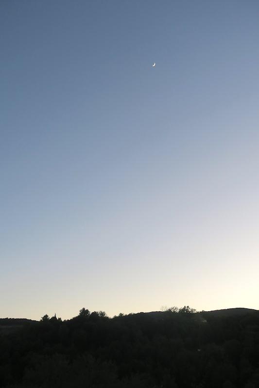 久しぶりに晴れた夕空と白い月_f0234936_6291728.jpg