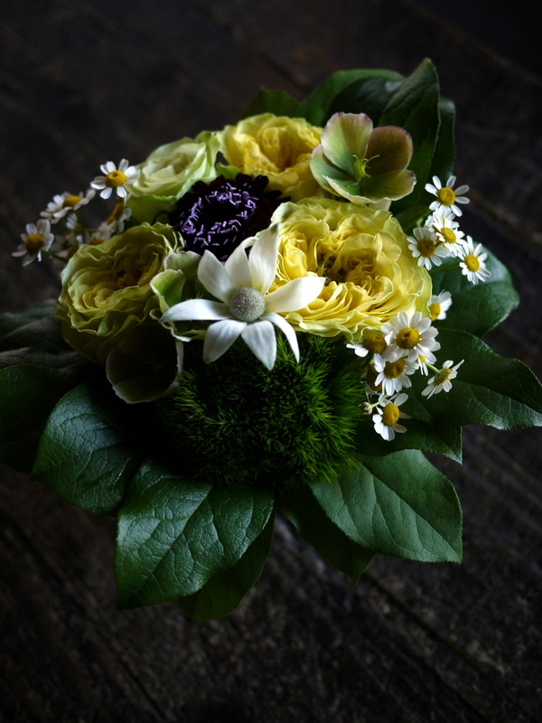 母の日にアレンジメント。「黄色を入れて、元気が出るイメージ」。東京都足立区梅田に発送。2019/05/12着。_b0171193_00081985.jpg
