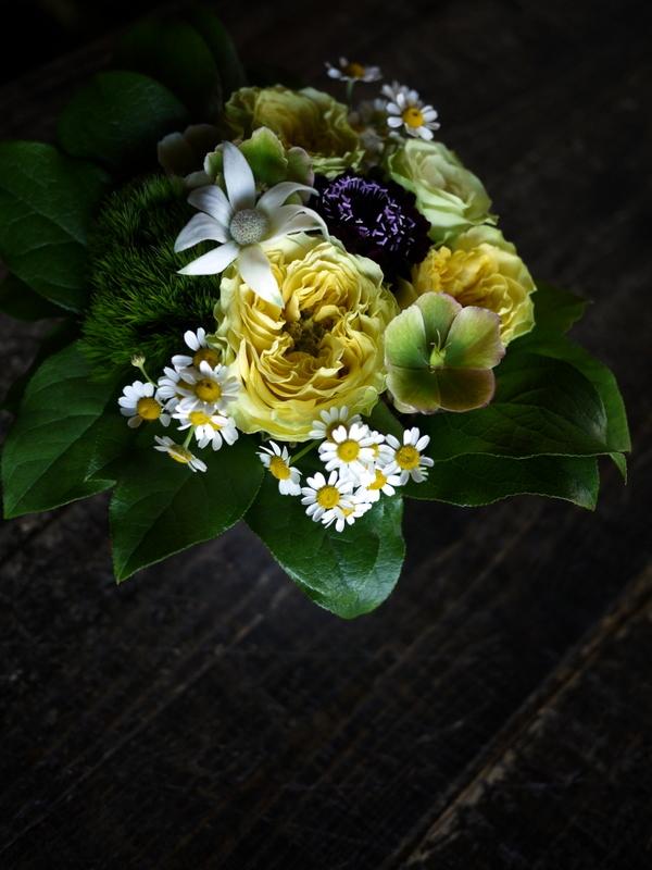 母の日にアレンジメント。「黄色を入れて、元気が出るイメージ」。東京都足立区梅田に発送。2019/05/12着。_b0171193_00082173.jpg
