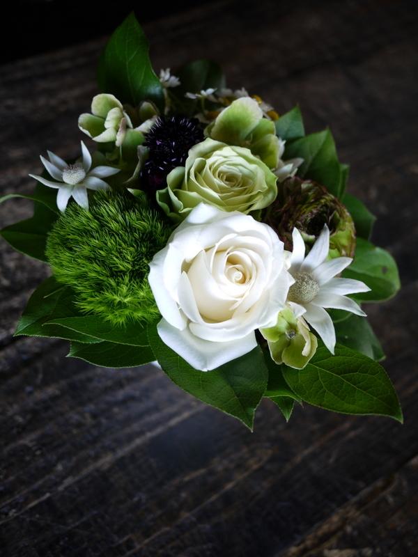 母の日にアレンジメント。「白~グリーン、ナチュラル」。士別市に発送。2019/05/12着。_b0171193_00140699.jpg