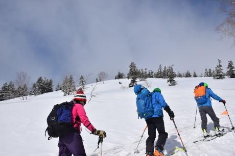 2019年4月27日、小雪交じりの尾瀬至仏山から山の鼻に滑り降りる。_c0242406_10253368.jpg