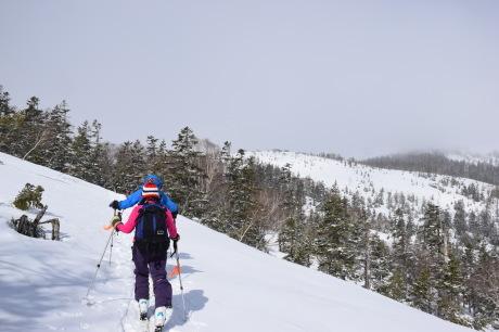 2019年4月27日、小雪交じりの尾瀬至仏山から山の鼻に滑り降りる。_c0242406_10255375.jpg
