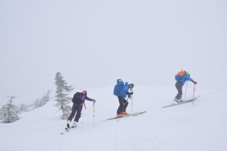 2019年4月27日、小雪交じりの尾瀬至仏山から山の鼻に滑り降りる。_c0242406_13510477.jpg