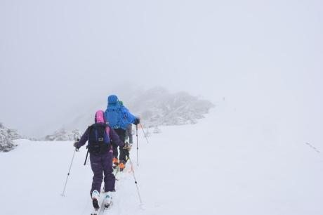 2019年4月27日、小雪交じりの尾瀬至仏山から山の鼻に滑り降りる。_c0242406_13511989.jpg