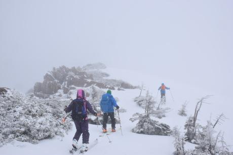 2019年4月27日、小雪交じりの尾瀬至仏山から山の鼻に滑り降りる。_c0242406_13534005.jpg