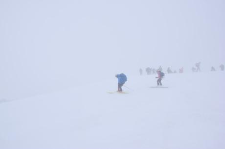 2019年4月27日、小雪交じりの尾瀬至仏山から山の鼻に滑り降りる。_c0242406_14350877.jpg