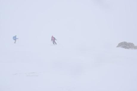 2019年4月27日、小雪交じりの尾瀬至仏山から山の鼻に滑り降りる。_c0242406_14375102.jpg