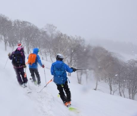 2019年4月27日、小雪交じりの尾瀬至仏山から山の鼻に滑り降りる。_c0242406_14390770.jpg