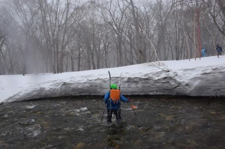 2019年4月27日、小雪交じりの尾瀬至仏山から山の鼻に滑り降りる。_c0242406_14404597.jpg