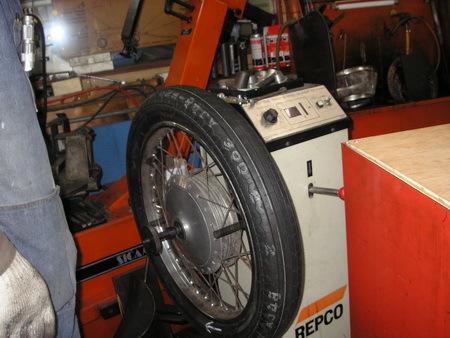 KAWASAKI  W1+中野SPサイドカー タイヤ交換_e0218639_10084372.jpg
