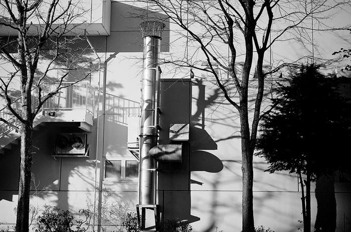 ショッピングセンターの排気筒と戸建てのソーラー発電_c0182775_18415637.jpg