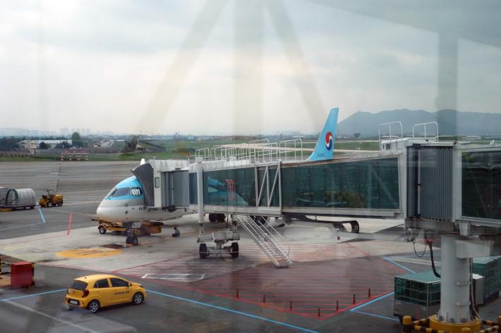 大韓航空 KE710便 羽田ー金浦 B777-300 と KE713便 釜山ー成田 A220-300 エコノミークラスの機内食と機材 2019年4月 ソウル・大田・釜山の旅(1)_f0117059_21165556.jpg