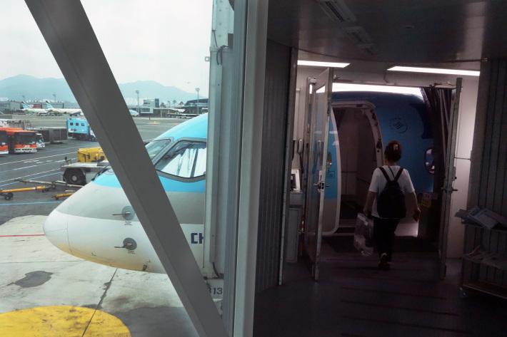 大韓航空 KE710便 羽田ー金浦 B777-300 と KE713便 釜山ー成田 A220-300 エコノミークラスの機内食と機材 2019年4月 ソウル・大田・釜山の旅(1)_f0117059_21173004.jpg