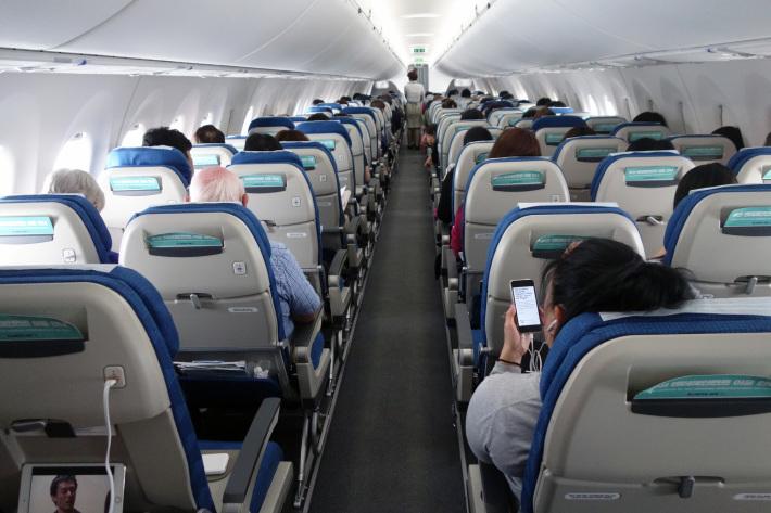 大韓航空 KE710便 羽田ー金浦 B777-300 と KE713便 釜山ー成田 A220-300 エコノミークラスの機内食と機材 2019年4月 ソウル・大田・釜山の旅(1)_f0117059_21175319.jpg