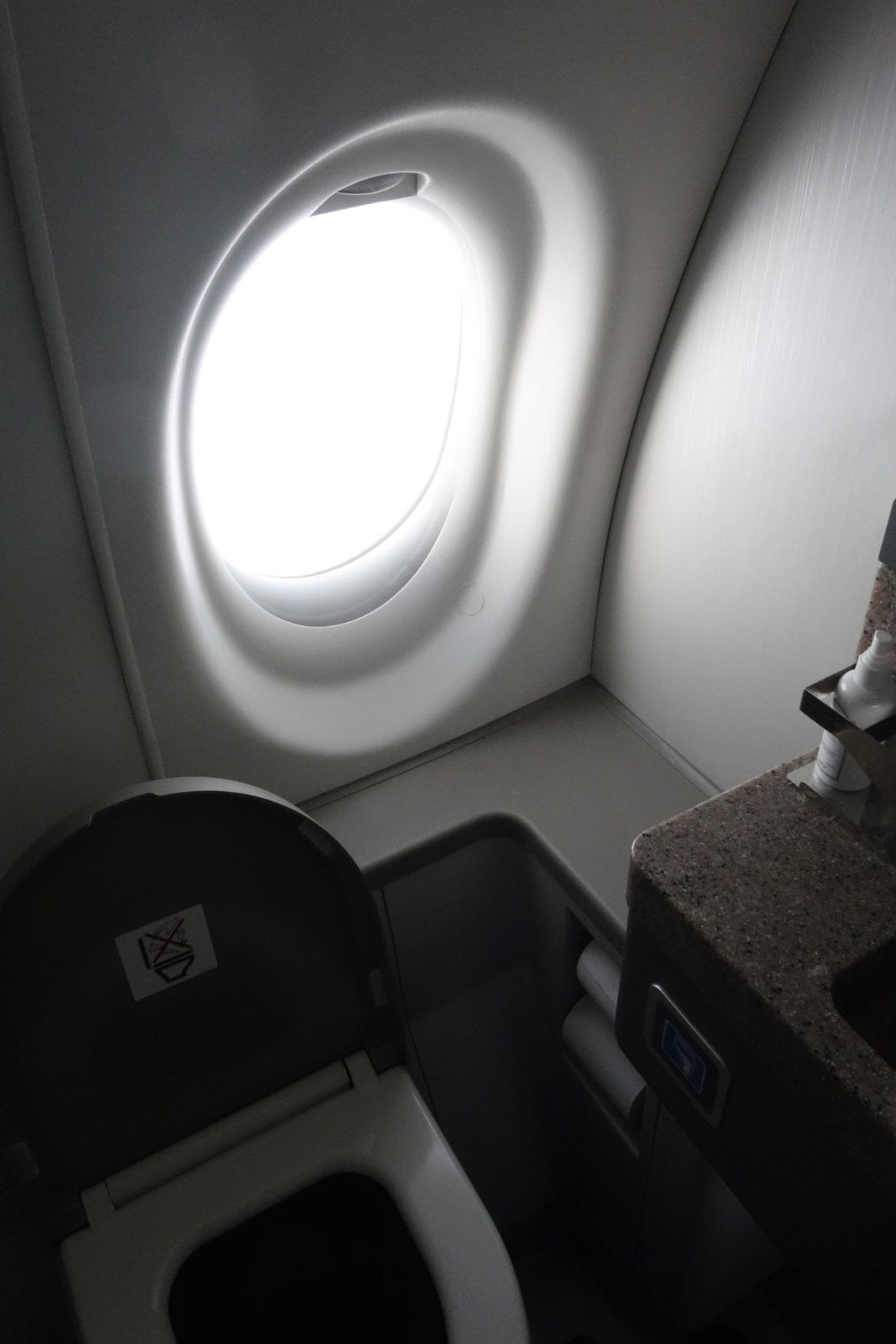 大韓航空 KE710便 羽田ー金浦 B777-300 と KE713便 釜山ー成田 A220-300 エコノミークラスの機内食と機材 2019年4月 ソウル・大田・釜山の旅(1)_f0117059_21184151.jpg