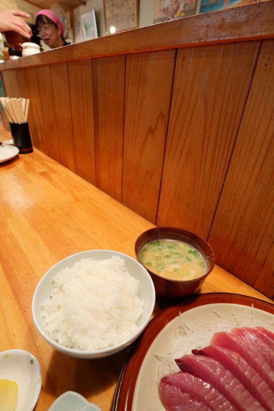 久礼大正町市場の田中鮮魚店 漁師小屋で、初ガツオを食べる_a0077663_16523566.jpg