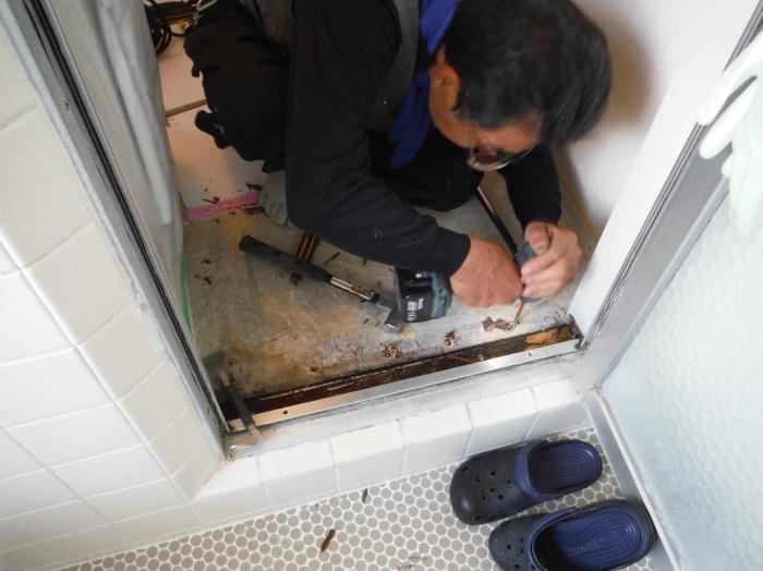 洗面所床の腐食補修 ~ 浴室ドア下が腐食_d0165368_16564135.jpg