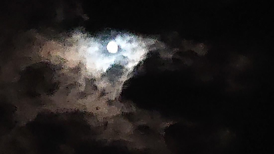 闇の中の光 ~虹と月と~ ***_e0290872_22381059.jpg
